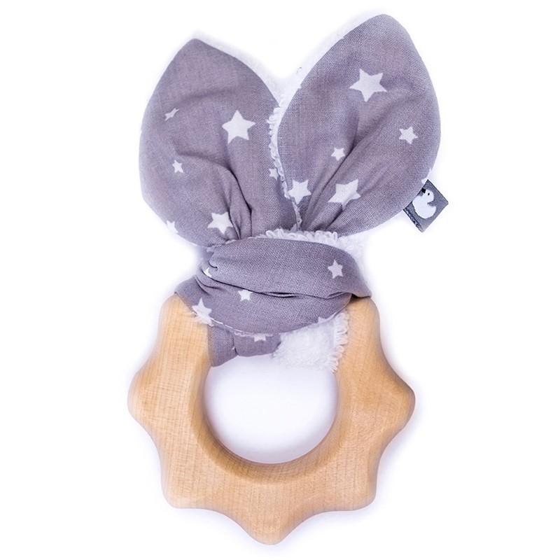 Hochet de dentition en bois. Tissus gris avec des étoiles blanches