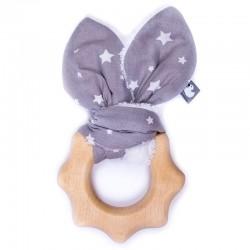 Hochet pour bébé en bois avec son tissu gris et ses étoiles blanches. Anneau de dentition