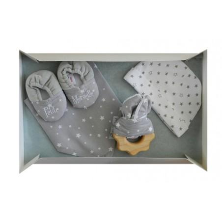 Kit naissance mixte blanc et gris: bavoir, chaussons bébé, bonnet naissance et un hochet en bois