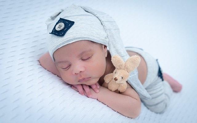 Un bonnet pour bébé comme cadeau naissance