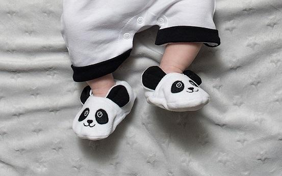 Des chaussons pour bébé comme cadeau naissance